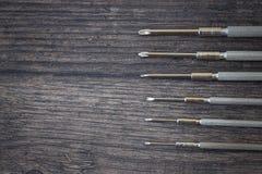 Set śrubokręty na drewno stole obraz stock