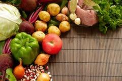 Set świeży produkt spożywczy na brown drewnianym tle Set warzywa i mięso dla kulinarnych czerwonych barszczy Fotografia Royalty Free