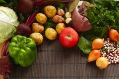 Set świeży produkt spożywczy na brown drewnianym tle Set warzywa i mięso dla kulinarnych czerwonych barszczy Zdjęcie Royalty Free