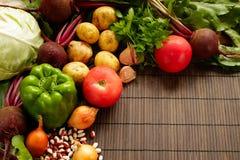 Set świeży produkt spożywczy na brown drewnianym tle Set warzywa i mięso dla kulinarnych czerwonych barszczy Obrazy Stock