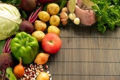 Set świeży produkt spożywczy na brown drewnianym tle Set warzywa i mięso dla kulinarnych czerwonych barszczy Zdjęcia Royalty Free