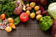 Set świeży produkt spożywczy na brown drewnianym tle Set warzywa i mięso dla kulinarnych czerwonych barszczy Zdjęcia Stock