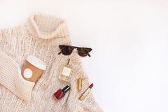 Set żeński elegancki odzieżowy i akcesoria na białym tła mieszkaniu kłaść, tekst przestrzeń Fotografia Royalty Free