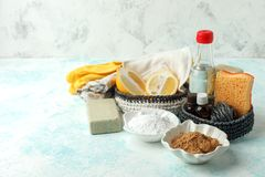 Set życzliwi naturalni czyści produkty, metalu muśnięcie, cytryna, wypiekowej sody sodium dwuwęglan, mydło, istotni oleje, łachma fotografia royalty free