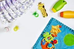 Set akcesoria dla dziecka Pacyfikator, butelka, pieluszka, śmietanka na białym tle fotografia royalty free