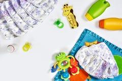 Set akcesoria dla dziecka Pacyfikator, butelka, pieluszka, śmietanka na białym tle obraz stock