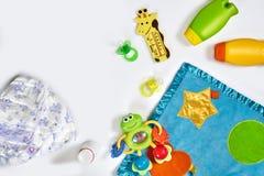 Set akcesoria dla dziecka Pacyfikator, butelka, pieluszka, śmietanka na białym tle zdjęcie stock