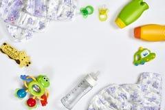 Set akcesoria dla dziecka Pacyfikator, butelka, pieluszka, śmietanka na białym tle zdjęcie royalty free