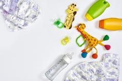 Set akcesoria dla dziecka Pacyfikator, butelka, pieluszka, śmietanka na białym tle obraz royalty free