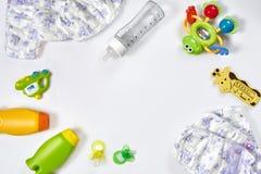 Set akcesoria dla dziecka Pacyfikator, butelka, pieluszka, śmietanka na białym tle obrazy stock