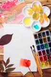 Set artystów akcesoria inkasowi z jesień liśćmi Kanwa dla malować, sztuka szczotkuje, paleta fotografia stock