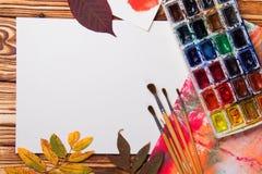 Set artystów akcesoria inkasowi z jesień liśćmi Kanwa dla malować, sztuka szczotkuje, paleta fotografia royalty free