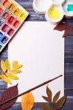 Set artystów akcesoria inkasowi z jesień liśćmi Kanwa dla malować, sztuka szczotkuje, paleta obraz stock