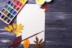 Set artystów akcesoria inkasowi z jesień liśćmi Kanwa dla malować, sztuka szczotkuje, paleta zdjęcia stock