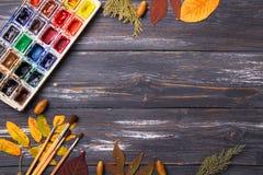 Set artystów akcesoria inkasowi z jesień liśćmi Kanwa dla malować, sztuka szczotkuje, paleta obrazy royalty free
