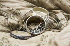Set av armband på en designkudde royaltyfri bild