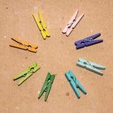Set av färgklädnypor Arkivbilder