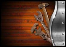 Set av gammala hjälpmedel på den Wood panelen Royaltyfri Foto