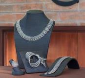 Set av lyxiga smycken på stand Royaltyfri Bild