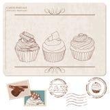 Set av muffiner på gammal vykort, med stämplar Royaltyfri Bild