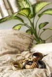 Set av träarmband på en kudde royaltyfri fotografi