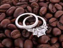 Set av vigselringar på kaffebönor Royaltyfri Bild
