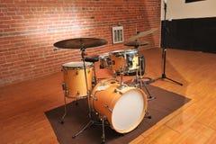 Set bębeny w ceglanym i drewnianym studiu zdjęcie royalty free