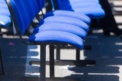 Set błękitów krzesła w sala Obrazy Stock