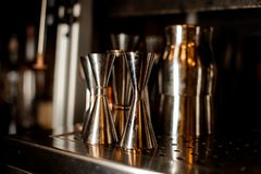 Set barmanów nierdzewni narzędzia układający na zakazuje kontuar obraz stock