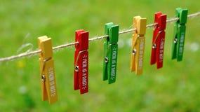 Set barwiona zieleń, czerwień i żółci drewniani czopy na roczniku, zawiązujemy Fotografia Royalty Free