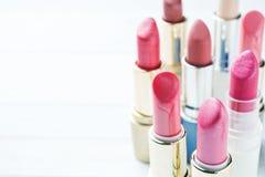 Set barwione różowe pomadki na białym tle Kobiety ` s kosmetyki Selekcyjna ostrość kosmos kopii zdjęcia royalty free