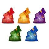 Set barwione torby z bożymi narodzeniami lub nowy rok prezentami odizolowywającymi na białym tle Wektorowa kreskówki zakończenia  royalty ilustracja