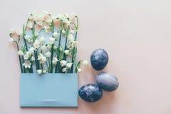 Set barwioni jajka i kwiaty w kopercie obraz stock