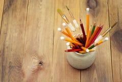 Set barwioni ołówki w ceramicznym szkle na drewnianym stołowym tle tylna koncepcji do szkoły Studencki miejsca pracy tło obraz royalty free