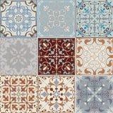 Set bezszwowe ceramiczne płytki w retro kolorach z roczników etnicznymi wzorami i kwiecistych motywach w stylu patc błękitnych i  ilustracji