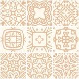 Set bezszwowe ceramiczne płytki z złocistym ornamentem royalty ilustracja