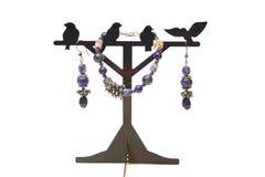 Set biżuteria od naturalnych półszlachetnych kamieni - ametyst i garnet na stojaku fotografia stock