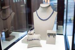 Set biżuteria z błękitnymi kamieniami: kolia, bransoletka, pierścionek i kolczyki, Zdjęcie Royalty Free