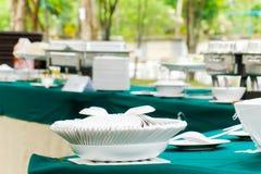 Set białe łyżki organizować na bielu talerzu na stole Set Fotografia Stock
