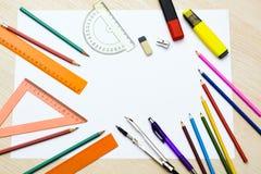 Set Bleistifte, Radiergummis, Post-It und anderes nützliches Zubehör für die Schule Es gibt einen zentrierten Leerbeleg für Texts Stockbilder