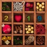 Set Bożenarodzeniowe dekoracje, symbol 2019 w pudełku z komórkami, Zdjęcia Stock