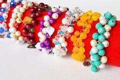 Set bransoletki - kolorowe bransoletki od koralików Zdjęcia Stock