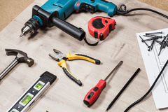 Set budów narzędzia naprawiać na drewnianej powierzchni: świder, młot, cążki, klapanie śrubuje, ruleta, poziom Zdjęcie Stock