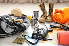 Set campingowy wyposażenie z sypialną torbą zdjęcie stock