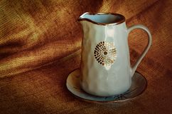 Set ceramiczni naczynia Błękitny błyszczący talerz na naturalnej tkaninie i dzbanek Ceramiczny craftsmanship Wie?niaka styl zdjęcie stock