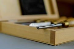 Set cieśli narzędzia w pudełku na stole obraz stock