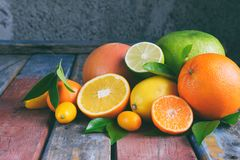 Set cytrus na drewnianym tle: pomarańcze, mandarynka, cytryna, grapefruitowa, wapno, kumquat, tangerine Świeże organicznie soczys fotografia stock