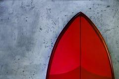 Set czerwone eleganckie nowe kipieli deski na betonowym tle obrazy stock