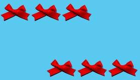 Set czerwoni faborki odizolowywający na błękitnym koloru tle Mieszkanie nieatutowy zdjęcie stock