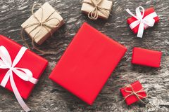 Set czerwoni prezentów pudełka z faborkiem bo i linowym prezentem łęku i pustego miejsca Obrazy Royalty Free
